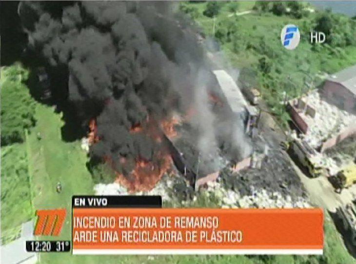 Voraz incendio consume una planta recicladora en Remanso