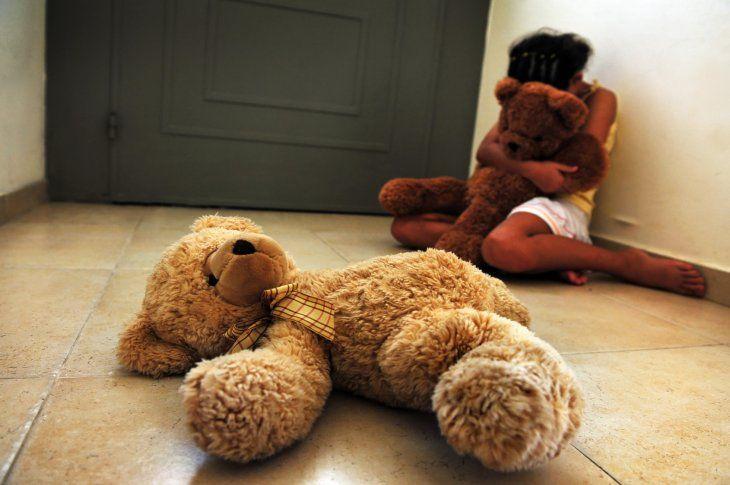 Abusó de una niña de 11 años y obligó a la hermanita de 8 a que mire