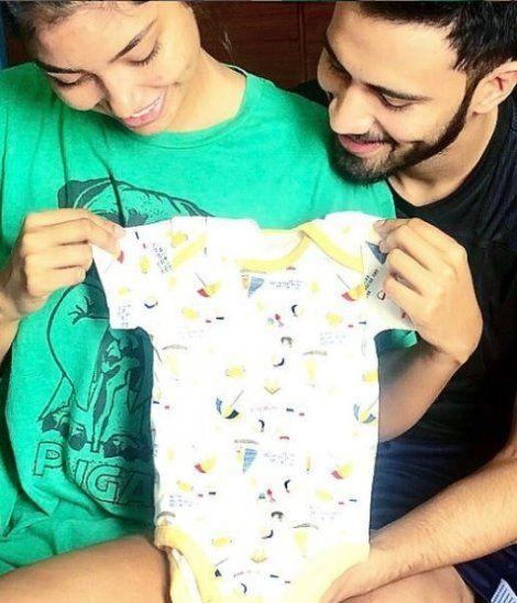 """<div>Joyce y Rodrigo mostraron la ropita de su bebé. </div><div><br></div>""""/></figure> <p>Joyce y Rodrigo mostraron la ropita de su bebé.</p> <p>""""Vas a ser papá, fue la mejor noticia que me pudieron dar en mi vida. Voy a ser papá y qué más bonito saber que será con la mujer que amo tanto"""", expresó muy emocionado.</p> <p>Mientras que Joyce asegura que se trata de un milagro.</p> <p>""""Nunca imaginé sentir una emoción tan grande de solo saber que dentro de mí hay una semilla que crece día a día y lo único que le pido a Dios es que nazca sano y salvo"""", dijo la boliviana.</p> <figure class="""