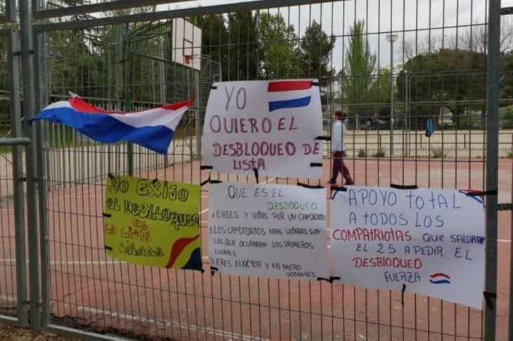 Carteles de apoyo cuelgan de la plaza de Madrid.