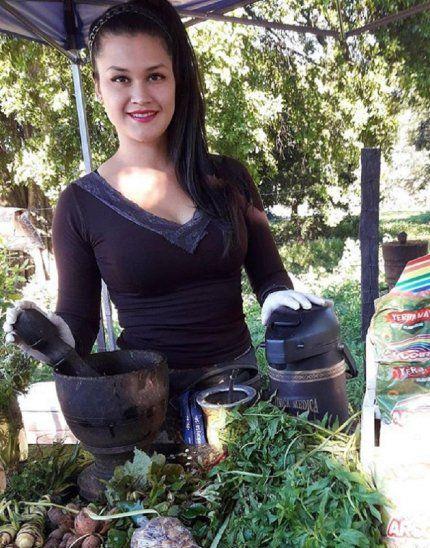 Raquel Rocco se hizo famosa luego de compartir fotografías trabajando en su puesto de venta de yuyos. Ahora trabaja con importantes marcas como imagen de sus productos. La señorita está muy contenta por lograr destacarse.