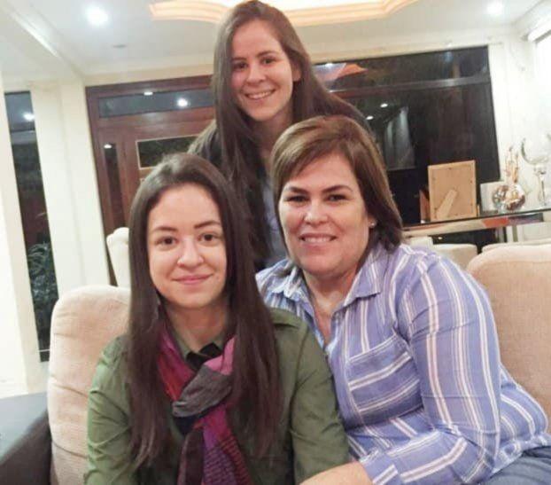 Nadia Cuevas (de pie) y Yanina Cuevas (izq.)
