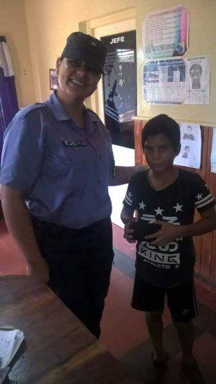 Carlitos con el celular en la mano.