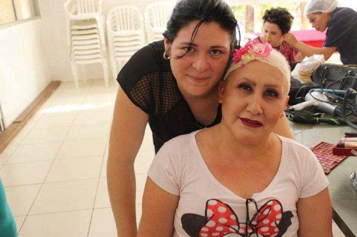 Cinthia Cárdenas maquilla a las pacientes con mucho amor y quiere seguir haciéndolo.