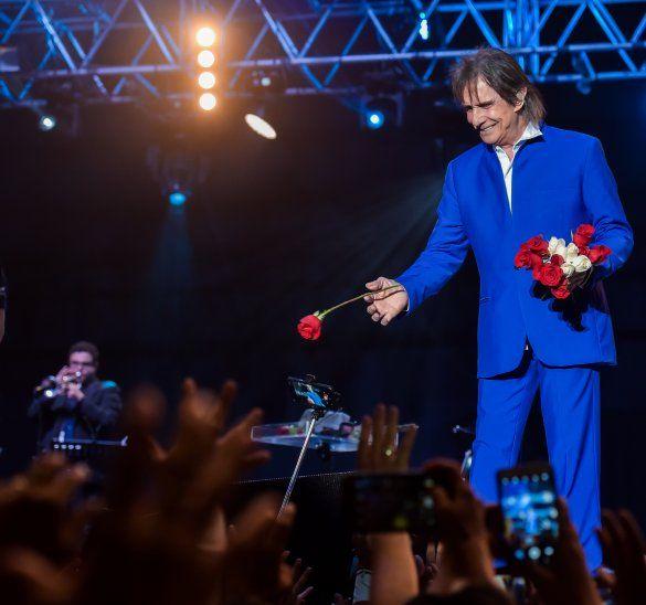 Roberto Carlos exige a la organización del concierto que le preparen rosas para regalar a sus fans.