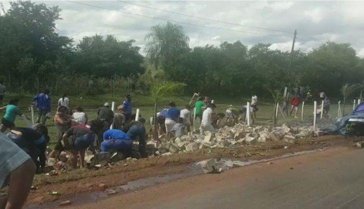 Vecinos roban caña tras vuelco de camión