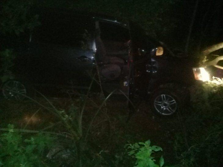 Los autores fueron a parar contra un árbol tras perder el control del rodado.