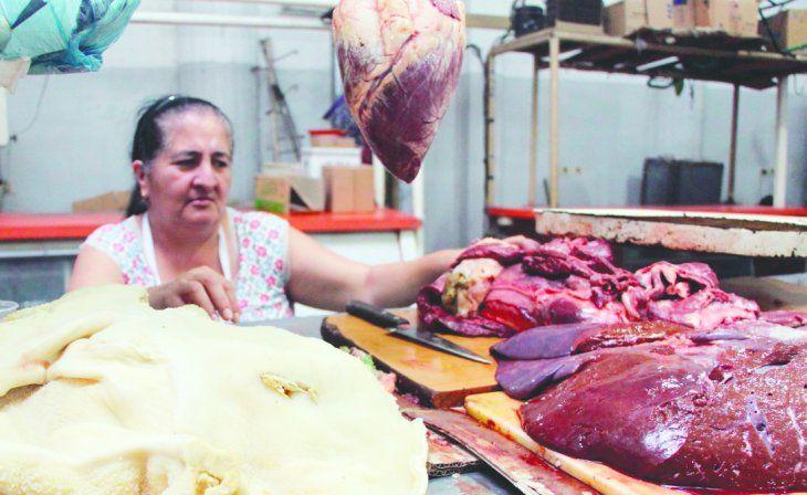 Beatriz Ortiz se dedica a la venta de menudencias desde hace más de 30 años. Osmar trabaja en el rubro desde que tenía 20.