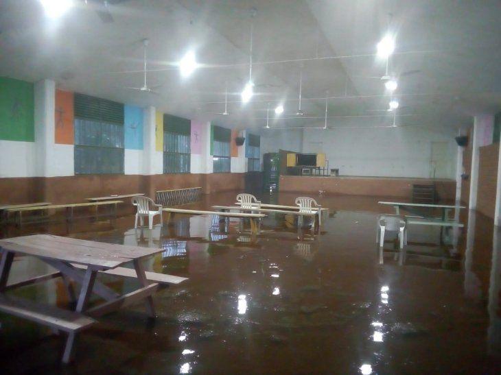 El comedor de la escuela totalmente inundada.