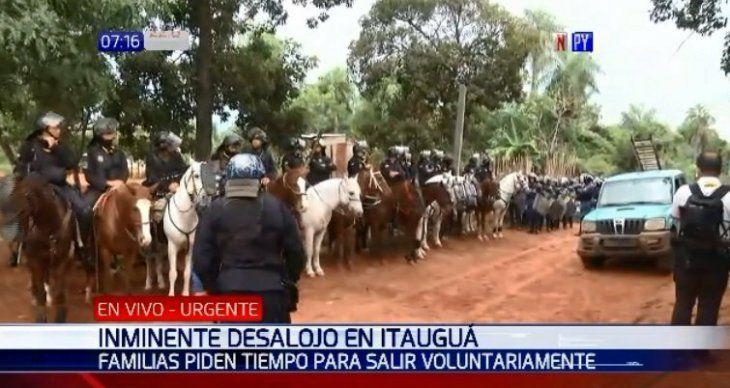 Desalojo en Itauguá: Fiscal da una hora para que saquen sus pertenencias