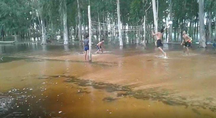 Juegan vóley en medio de la inundación