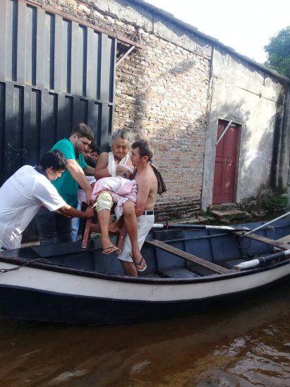 Médicos rescatan en canoa a abuelita que estaba aislada en el Bañado y con una grave infección