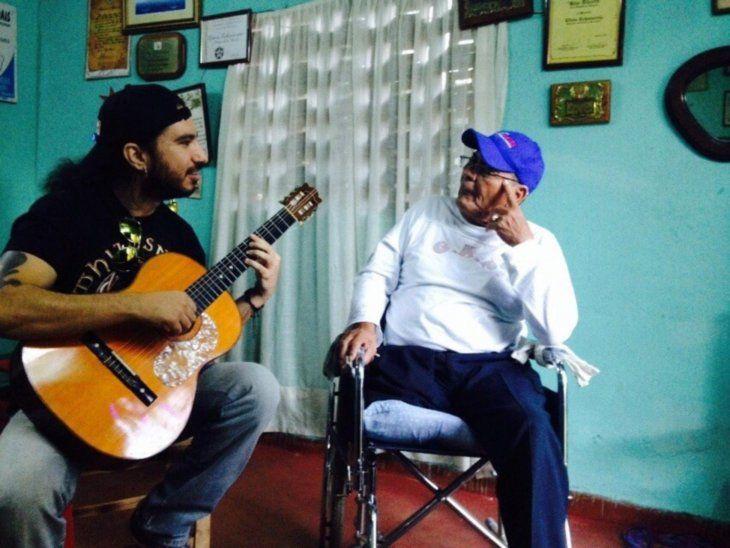 El músico lamentó la discriminación y pidió que se disculpen con él y su hijo.