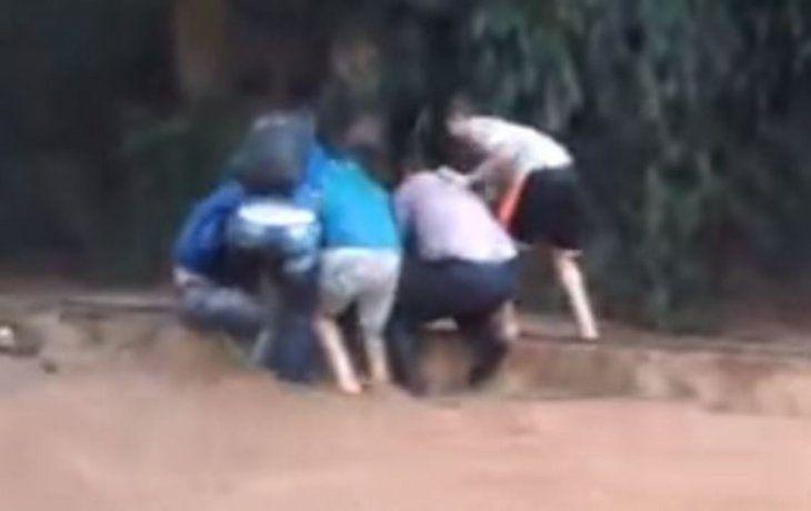 Vecinos rescataron a un hombre del raudal.