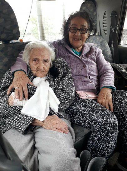 Emotivo video muestra cuando una abuelita y su hija son rescatadas de la inundación