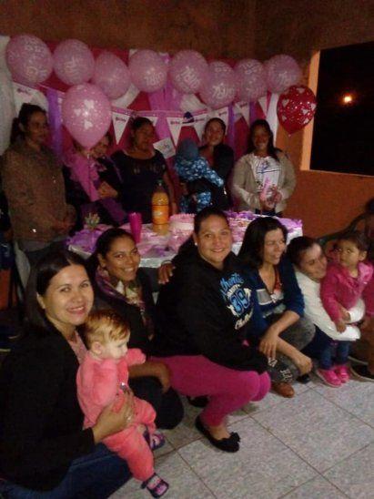 Vecinas organizaron baby shower sorpresa para vendedora de yuyos