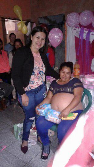 Rosana estuvo muy contenta por la sorpresa que le hicieron.