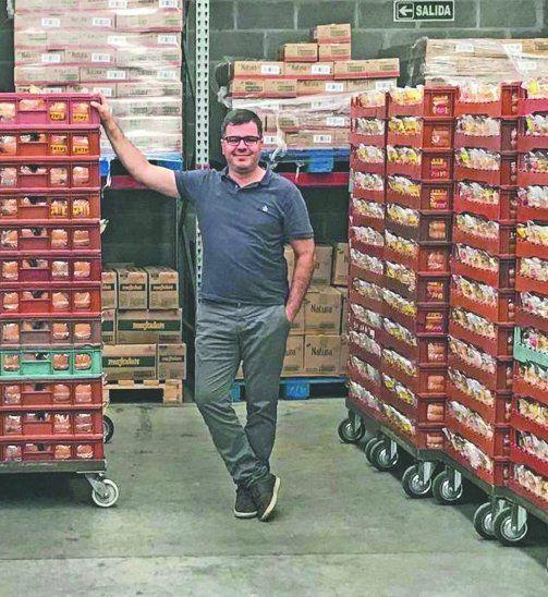 Vende miles de panes. Pablo Ricatti posó orgulloso en medio de los miles de panes para pancho
