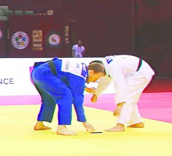 El judoca Anri Egutidze (blanco) protagonizó un hecho insólito al ser descalificado del Gran Slam de Bakú