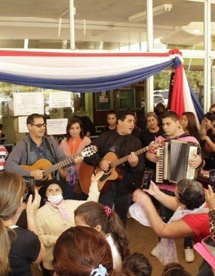 Homenaje. Los Ojeda le cantaron a las mamis en el hospital.