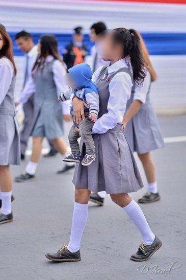 La joven mamá orgullosa desfiló con su hijo en brazos. Imagen: Facebook