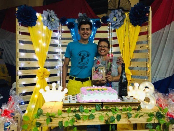 Ever Cabañas junto a su mamá.