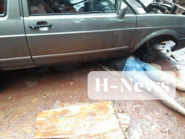 El hombre quedó atrapado debajo del vehículo.