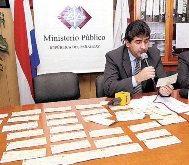 Unos 61 cheques emitidos durante su administración.