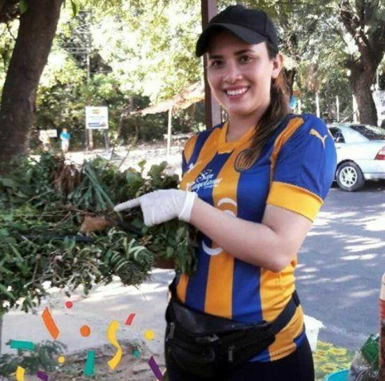 ¡Alegre! Andrea Giménez(22) también dijo que está soltera y que quiere tener su propio cultivo de remedios refrescantes.