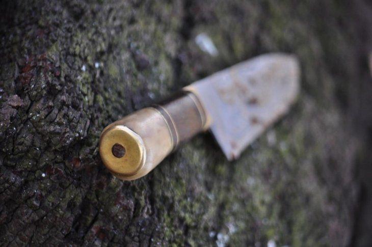 El adolescente dejó el cuchillo debajo de un árbol