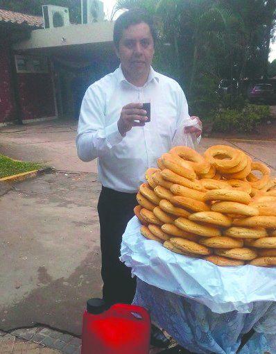 Ricardo vendiendo chipas en su rato libre