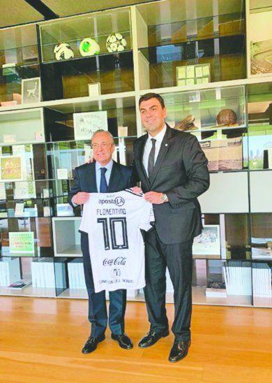 Trovato le dio la 10 a Florentino durante su visita a las instalaciones del Real Madrid. Foto: Instagram