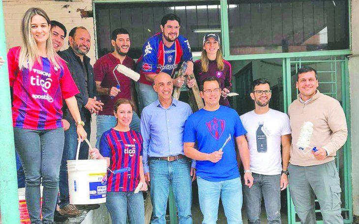 Amigos y familias azulgranas se unieron para dar color al Hospital del Sentimiento. Foto: Ministerio de Salud