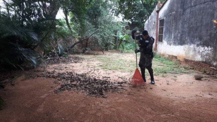 Los agentes no dudaron en ayudar a la doña limpiando su casa.