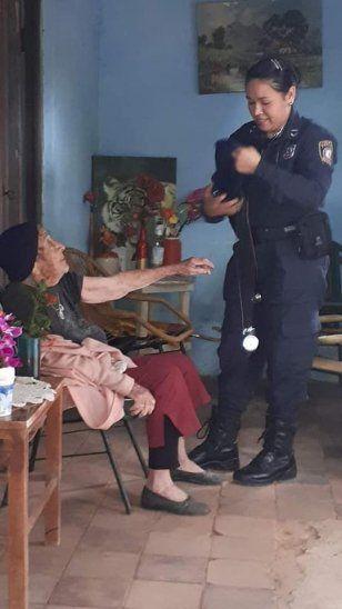 Una mujer policía se encargó de tomarle la presión.