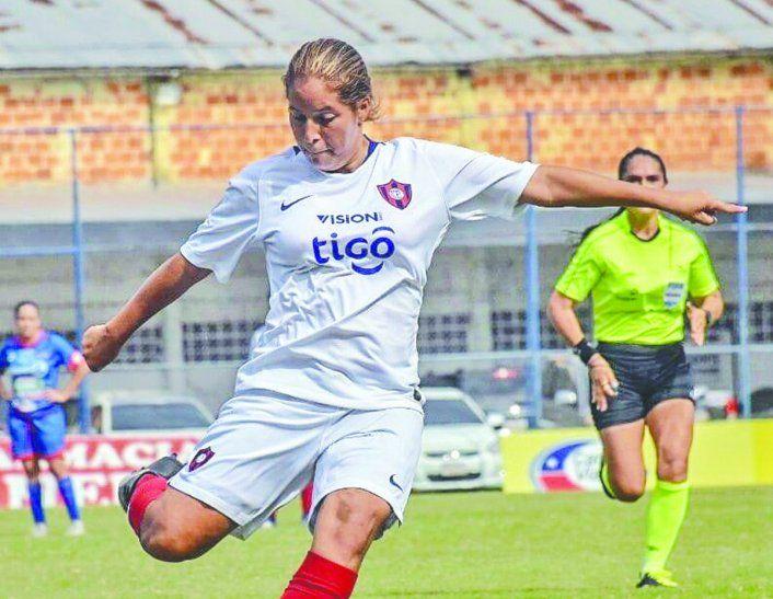 Ana enseña el camino a seguir a las jóvenes que sueñan con ser futbolistas profesionales. Foto: APF