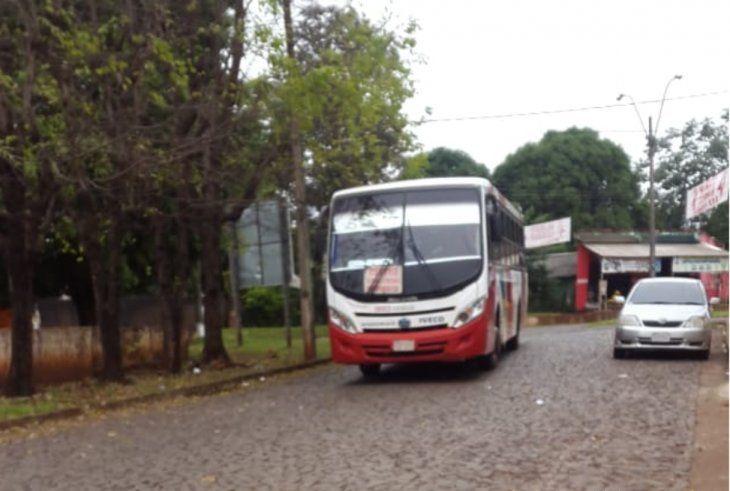Una de las pocas unidades que circula por Remansito tarda horas en pasar