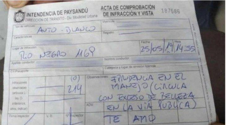 Zorro uruguayo multa a una chica por circular con exceso de belleza