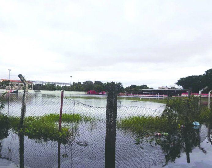 Nanawa (y por ende la cancha de Independiente) quedó bajo agua por la crecida. Los campeones del Bajo Chaco deambulan entre Villa Hayes y Clorinda para entrenar. Foto: Twitter