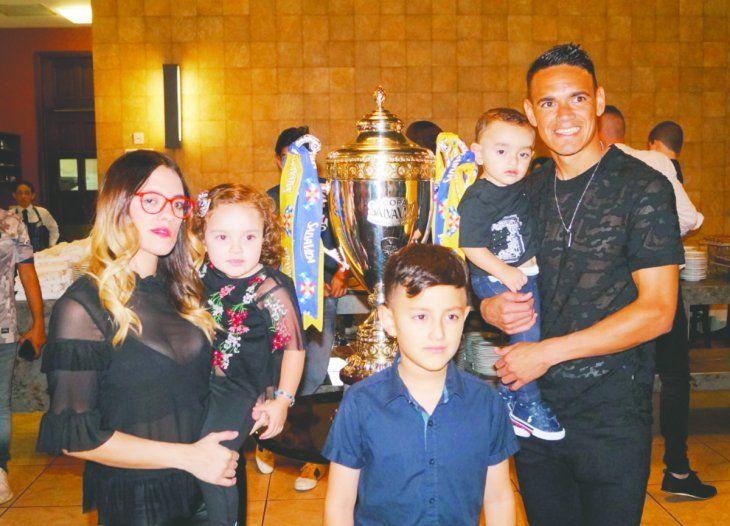 Roberto Moreira disfruta con su familia de su segundo título con el Motagua. Foto: Gentileza