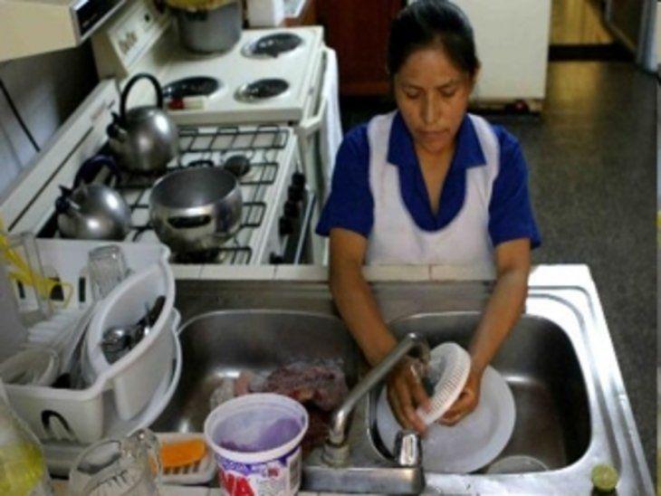 Empleada sin retiro. Rosa trabaja como empleada sin retiro en España. Está cansada