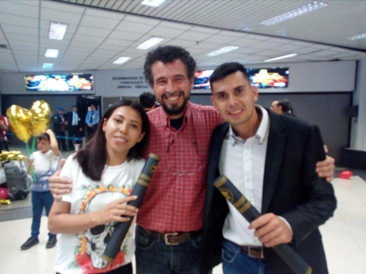 Los doctores Sandra Ocampos y Antonio Villasanti fueron recibidos por familiares y amigos.