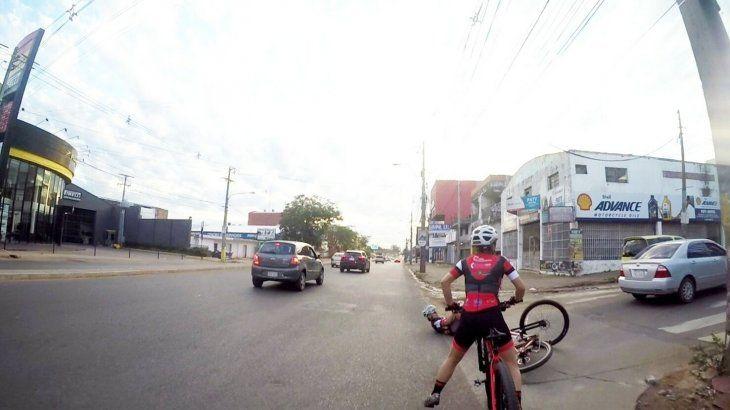 Momento en que cae la ciclista.