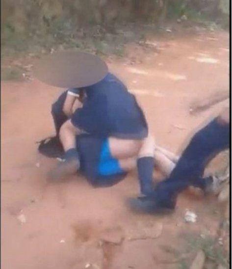 Momento en que se agarran a trompadas dos alumnas de una escuela de Ypané. Foto: Gentileza