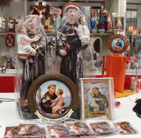 Llevan objetos para repartir en los festejos patronales. En San Antonio se prepara a full esta semana.