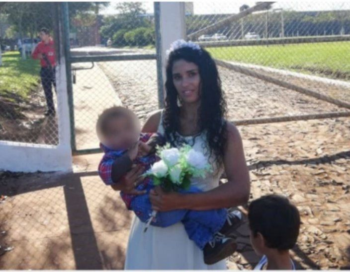 Francisca posa feliz frente al CERESO acompañada de los dos hijos que tiene con Jonathan. Foto: tvs.com.py