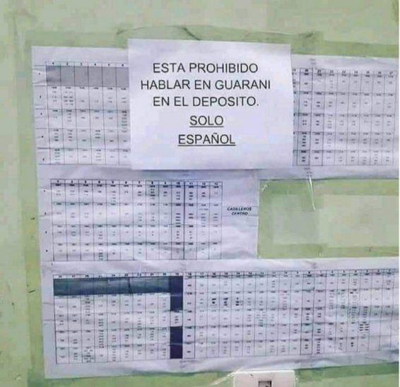 El cartel que prohíbe hablar en guaraní en el depósito es bien grande