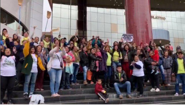Las trabajadores domésticas celebraron con todo frente a la sede del Congreso la aprobación. Hay unas 230.000 personas que trabajan en el sector.