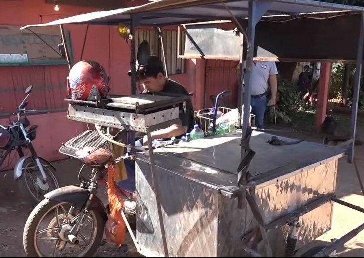 Amigos lo ayudaron. Unos amigos suyos fabricaron un carrito y lo pegaron por una moto. El mismo tiene para hacer asaditos y guardar algunas bebidas.