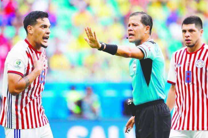 Gustavo Gómez fue uno de los pocos que puso la cara por la Selección en el peor partido de la era del Toto Berizzo. Foto: APF